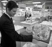 USA:s nye ambassadör Gregory Newell med fru Candilyn Jones på besök i Orrefors.  Gregory Newell besöker glasshopen.