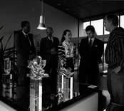 "USA:s nye ambassadör Gregory Newell med fru Candilyn Jones på besök i Orrefors.  ""Mottagningskommittén"""