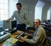 Dataanvändning för låg- och mellanstadiebarn (pilotprojekt mellan televerket och lärarhögskolan). Stellan Ranebo (stående), Teleskolan, och Bertil Olausson, Lärarhögskolan.