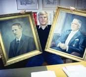 Claes Ågren firar 90-årsjubileum i Nybro. Leif Ågren med porträtt av Albin Ågren och grundaren, Claes Ågren.