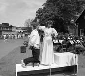 Orrefors Glasbruk, kommunalrådet Anita Jonsson kröner kungen av Glasriket, Jostein Rovik från Stavanger.