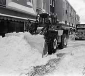 Snöröjning efter oväder i Oskarshamn.  Strax efter nyår 1985 drabbades Oskarshamn av ett oväder . Från den 3 januari 1985 till den 5 januari ökade snödjupet i Oskarshamn från 18 till 110 centimeter.  (Uppgifterna är hämtade från www.smhi.se)