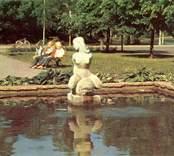 """Skulpturen """"Flicka på Delfin"""" vid Doktor Sandbergs gata i Nybro, invigd 1950."""