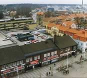 Foto från centrala Nybro, med affärshuset, Lönnen, ICA Kvantum. I bakgrunden skymtar Kährs industrier