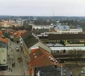 Nybro centrum, Storgatan med Skandinaviska Enskilda Banken, Arbetsförmedlingen, Posten, Folkets Hus, vårdcentralen, Stadsbibloteket och Nybro Kyrka.