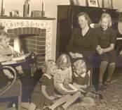 Johanssons familj umgås framför brasan.