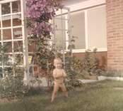 Bilder från fastigheten Tickan 5 på Hallandsgatan, Nybro. Elsa Petterssons barnbarn framför huset.