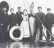 China av Kalmar  Från vänster maskinist K G Pettersson, hans hustru, 1-ste styrman Shale, kaptenens fru, kapten Ivar Johansson, 2dre styrman Gustaf Rosendahl från Oskarshamn.