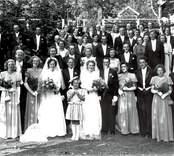 Dubbelbröllop i Misterhults kyrka den 23 juni 1948. Brudarna är systrar. Fotot taget på Basarkullen i Mörtfors.