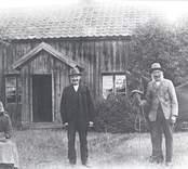 Emil Karlssons farföräldrar vid torpet. Johanna Sofia (t.v.) och Karl-Fredrik Fredriksson.