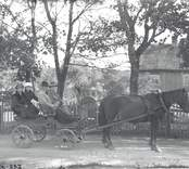 Bilden är tagen framför Kullanders hus i Västervik.  Personerna från vänster: Märta Kullander-Gustafsson, *1906-11-26 Ingeborg Gustafsson, Henrik Kullander *1894.02-13 samt Martin Gustafsson.