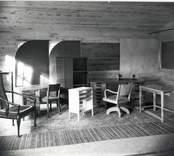 Mörtfors Möbelfabrik var ett välrenommerat företag tack vare sina kvalitetsmöbler för såväl bostad som kontor och offentliga lokaler.  Här har diverse kontorsmöbler samt en synnerligen elegant karmstol plockats samman för fotografering.
