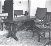 Salongen i Marensborg.  Möblerna tillverkades till Västerviksutställningen 1933. Bildhuggeriarbetet är utfört av konstnär Otto Jansson och bildhuggare Arvid Konradsson.  Bordet och de tre stolarna till vänster finns fortfarande kvar i sterbhuset efter kamrer  K A Bjurstam. Stolen till höger finns i Greta Frykbergs ägo i hemmet i Halmstad.  Tillverkare: Mörtfors Möbelfabrik.