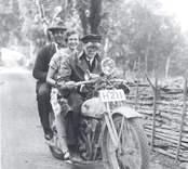 Föraren av motorcykeln är Linder Andersson-Strömhag och bakom henne systern Rosa Andersspn, Mederhult. Längst bak på mc:n sitter Gösta Karlberg, Späckemåla.