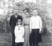 Grupporträtt av en familj i Blomsterhult.