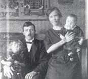 Ture Olsson med familj fotograferade i lägenheten i Albano Mörtfors. Ture Olsson, Född 1897-11-04 (1982 Kristdala). Makan Olga född Nilsson 1892-09-30 död 1969-01-07.  Dottern Birgit , född 1922-08-12 gift Larsson (1982 Karlskrona). Sonen Nils, född 1924-07-30, Mörtfors.