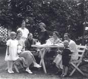 Bekanta till Agda Thunberg samlade på Badrestaurangen terrass kring eftermiddagskaffet.  Sittande, längst t.h. Agda Thunberg, Rosenvik, Mörlunda, nr. 2 fr.h. Valborg Molin, Mörtfors.