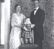 Pastorsfamiljen Maja och K.V. Andersson med son Rune.  Andersson var pastor i Mörtfors Baptistförsamling i början av 1920-talet.