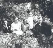 Torpet Veneholm under Tribbhult. Viktoria, född 1899-03-17 gift Hallendorf, Västervik död 1973-11-03. Elin, född 1910, död 1943-07-30. Ingrid, född 1922 gift Andersson, Mörlunda. (Mor nr fem). Frida, född 1904-03-25 död 1928-09-10 (dotter nr fyra). Elias, född 1907 (Piperskärr, Västervik).