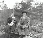 Axel Lundberg med familj. Axel Lundberg född 1892 död 1958. Makan Gunhild född 1899-10-12. Ulla född 1922-05-19 gift Dahl.