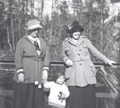 Fru Ester Svensson, g. med doktor Svensson, Mörtfors flickan Karin Svensson.  Damen t.h. okänd.