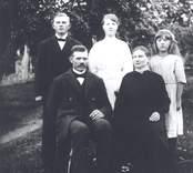 Familjen Anders Johansson, Fagerslätt.  Sittande: Anders och Emilia Johansson och bakom dem barnen, fr. v. Georg (+), Linnéa g. Pettersson, f. 1909-10-25, d. 1972.02.11.