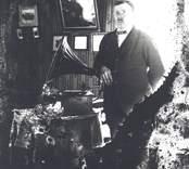 Thure Karlsson, bror till fotograf Emil Karlsson, Mörtfors.  Märk trattgrammofonen som förekommer på senare foton tagna i Emils hem, Ekudden, Mörtfors.
