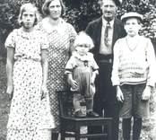 Klinten. Familjen Abel och Gunborg Johansson med barnen f.v: Birgit, Bernt, (på stolen) Boije.