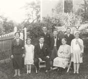 Makarna Ottilia och Josef Karlsson med sina sex barn, samtliga tillhörde  Mörtfors Baptistförsamling. I bakgrunden: Elimkyrkan. 1 Josef Karlsson, Solberga, född 1886, död 1958 gift med 2 Ottilia, född 1883, död 1975 sammt barnen 3 Martha född 1914, gift Ericsson, Oskarahamn 4 Eva, Född 1925, gift Lindblom, Vimmerby 5 Gustav-Adolf, född 1916 död 1980 (boende i Oskarshamn) 6 Bengt född 1921 (bosatt i Oskarshamn) 7 Folke född 1919 (bosatt i Oskarshamn) 8 Maria (Maja), född 1923, död 1943.