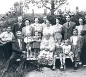 Grupporträtt av familj i  Solberga, Mörtfors.
