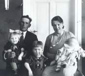 Makarna Oskar och Inga Pettersson med barnen fotograferade i Elim-kapellet, Mörtfors. Oskar Pettersson född 1905-10-16, Inga Pettersson, född 1909-10-25 död 1972-02-11. Barnen: Birgitta född 1939-01-29. gift Pettersson. Torgny, född 1937-09-28. Dorothea, född 1940-02-06 (har rört huvudet) gift Dahlberg.