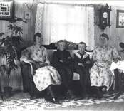 Syskonfoto  Fr.v.: Märta Andersson, g. Nilsson Artur Gillis Anny, g. Karlsson  Bemärk rumsinteriören.