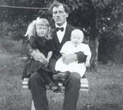 Gustav Johansson, född 1893-06-20 med döttrarna Greta, född 1917 gift Nilsson död 1978 och Inga-Lisa, född 1920 gift Vikström. Gustav Johansson etablerade sig senare som Fiathandlare i Högsby.