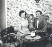 Kolgården, Blankaholm. Roy och Berit Andersson med sonen Sverre. Roy, född 1923-12-20, Berit, född 1932-11-18, Sverre, född 1950-06-03.