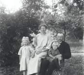 Makarna Axel och Olga Persson, Grönhult, med barnen Birgitta och Ivar.