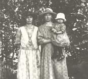 Annie Hammarsten född 1895-01-01 död 1980-05-30 Elvira Hammarsten född 1894-10-27 död 1970-04-26 med dottern Aina född 1923-10-25, gift Olsson Mörtfors
