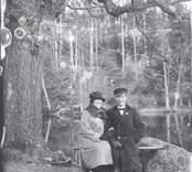 """Emils syster Anna med fästmannen Bror Karlsson, Misterhult. Fotograferade under """"Kärleks-eken""""."""