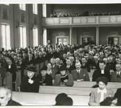 Läroverkets aula. Biskop Yngve Brillioth, J O Svensson, Runsten, Gunnar Larsson, Gärdslösa, prosten Jannert, Böda.