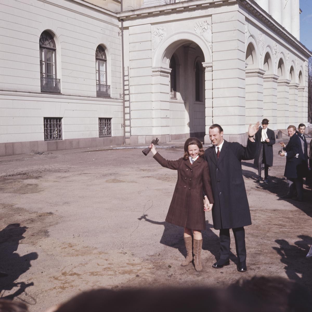 Kronprins Harald og Sonja foran Slottet. 20.03.1968 (Foto/Photo)