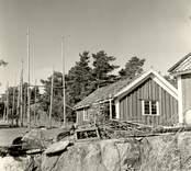 Edvin Perssons stuga. Till vänster en så kallad gista, som användes för att hänga upp fisknät på.