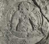 Detalj av en gravhäll med en ängel i relief.