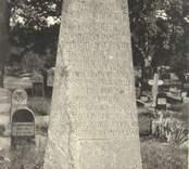 En gravvård vid Loftahammars kyrka över Friherre Georg Henrik Lybecker (1720-1776)