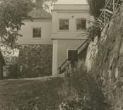 Fredriksbergs herrgård. Huvudbyggnadens södra hörnpaviljong och terrassmuren mot gården.