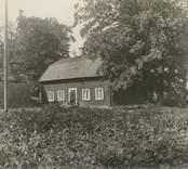 En av flygelbyggnaderna vid Fredriksbergs herrgård.