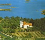 Påskallaviks kyrka sedd från luften.