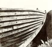 """Marknadsbåten """"Helena"""". Fören och bordläggningen på styrbords sida."""