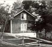 Augusta Boströms hem i Getterum, omgiven av en gärdsgård.