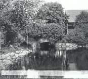 Bron till trädgården, bakom  magasinet.