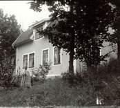 Cecilia poserar framför sitt hus i Mörtfors.