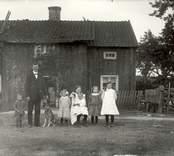 Detta hus revs senare. Härs syns Anders Nilsson med sex av sina tio barn. Anders Nilsson blev väldigt gammal.
